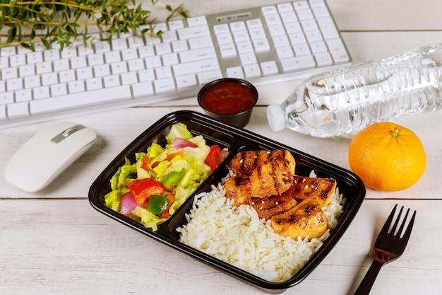 Werken vanuit huis concept. lunch bestellen.