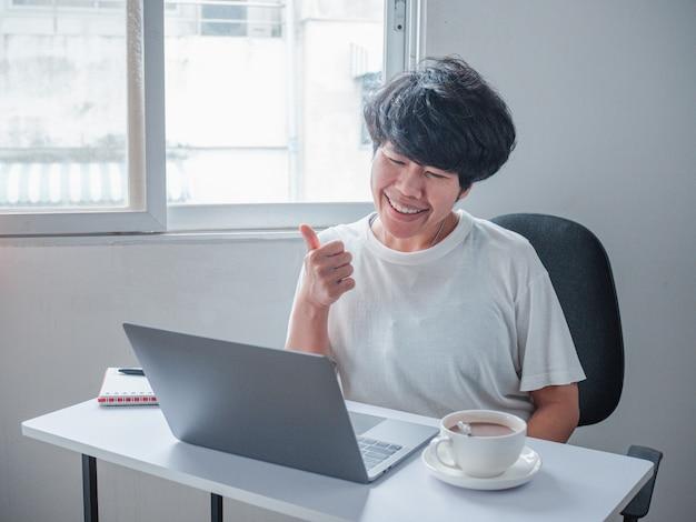 Werken vanuit huis, freelance zaken aziatische vrouwen werken oproep videoconferentie met klant op de werkplek thuis