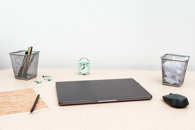 Werken vanuit huis. laptop voor werk en klok voor dagelijkse controle. werkruimte voor freelancer. kopieer ruimte.