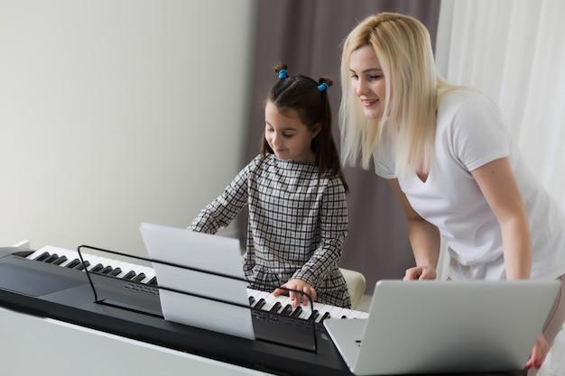 Werken vanuit huis met kind. gelukkige dochter die moeder koestert. jonge vrouw en schattig kind met behulp van laptop. freelancer werkplek. vrouwelijke business, afstandsonderwijs. lifestyle familiemoment.