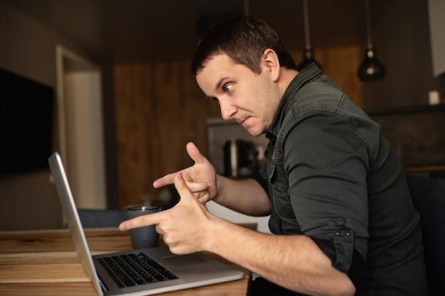 Werken vanuit huis. online studeren. man voert een videogesprek, een videoconferentie op laptop binnenshuis.