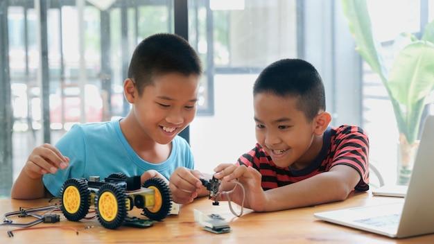 Werkend aan handgemaakt automodel, constructie aan elektronisch.