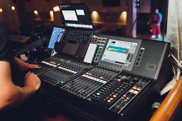 Werkend geluidspaneel van het concertpodium.