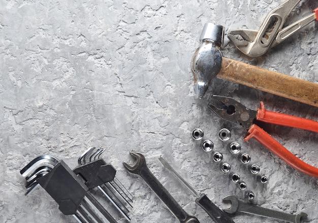 Werkend hulpmiddel. moersleutels, hamer, schroevendraaier, tang. bovenaanzicht, kopieer ruimte.