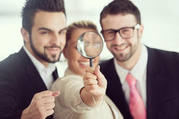 Werkend kantoor voor zakenmensen en leidinggevenden