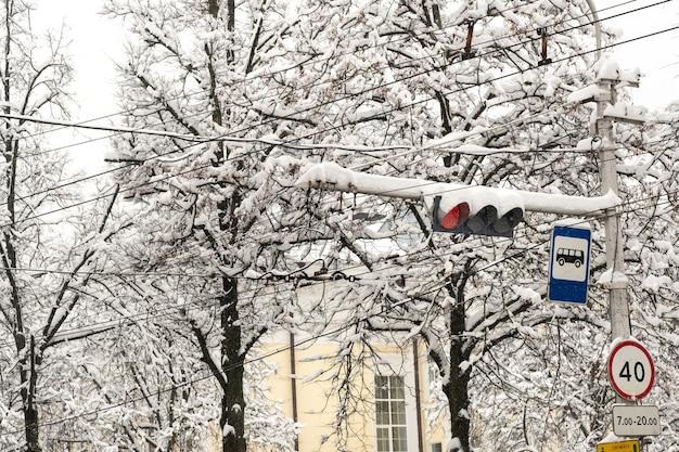 Werkend verkeerslicht op een stadsstraat in de winter