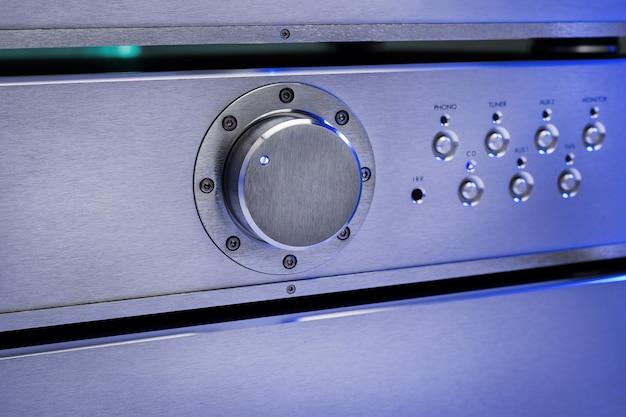 Werkende audioversterker met verlichting, close-up.