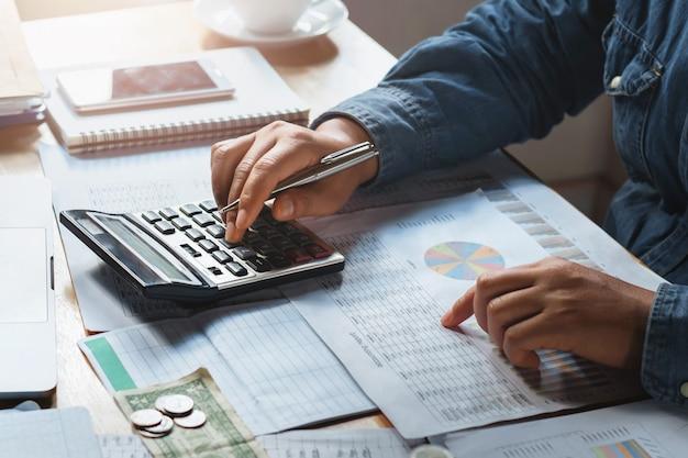 Werkende de controlegegevens van de onderneemster van document financiën in bureau