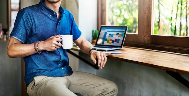 Werkende de koffiewinkel van de mens verbindend laptop concept