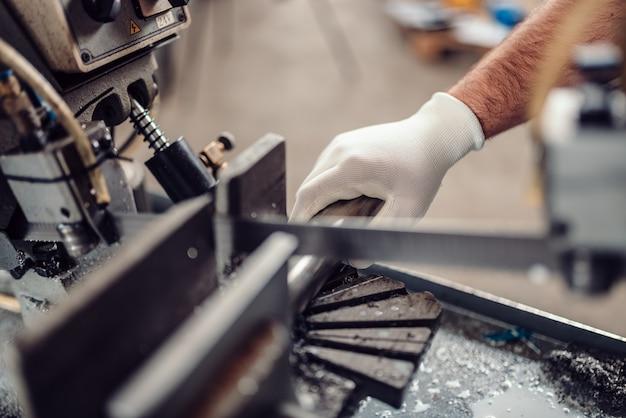 Werkende de zaagsnijmachine van de fabrieksarbeider werkende