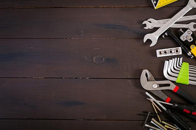 Werkende hulpmiddelen op houten rustieke achtergrond. bovenaanzicht kopieer ruimte