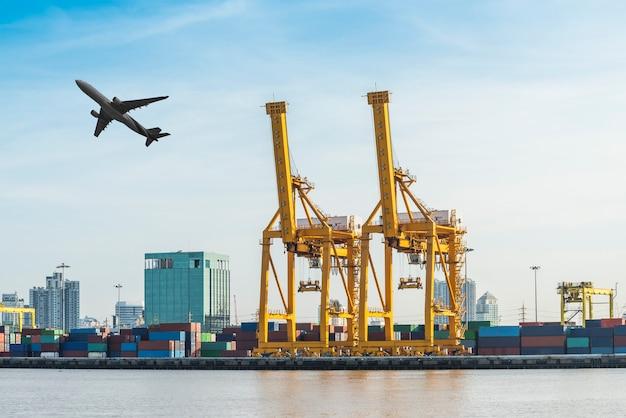 Werkende kraanbrug in scheepswerf bij logistic import export-zone