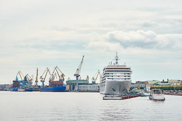 Werkende kraanbrug in scheepswerf en vrachtschepen in een haven