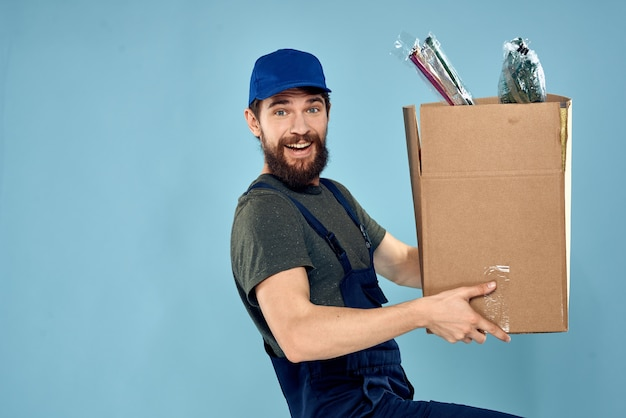 Werkende man dozen in handen bezorgservice verpakking levensstijl blauw