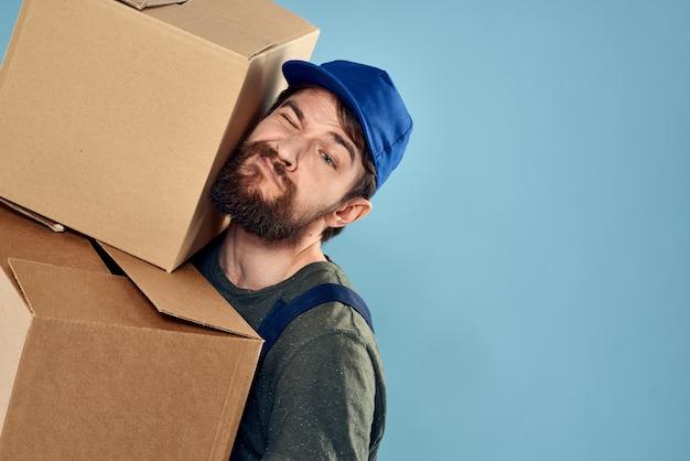 Werkende man dozen in handen bezorgservice