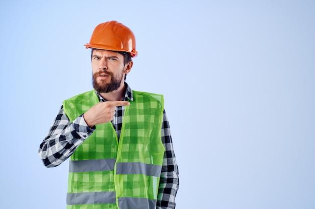 Werkende man in werkende uniforme bouwberoepsstudio