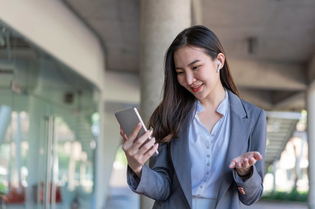 Werkende vrouw concept een zakenvrouw die de videoconferentie heeft met de klant buiten het kantoor.
