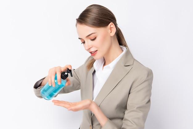 Werkende vrouw die handgel op haar hand zet.