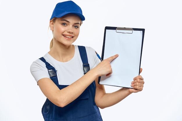 Werkende vrouw in uniforme documenten bezorgdienst koeriersdiensten.