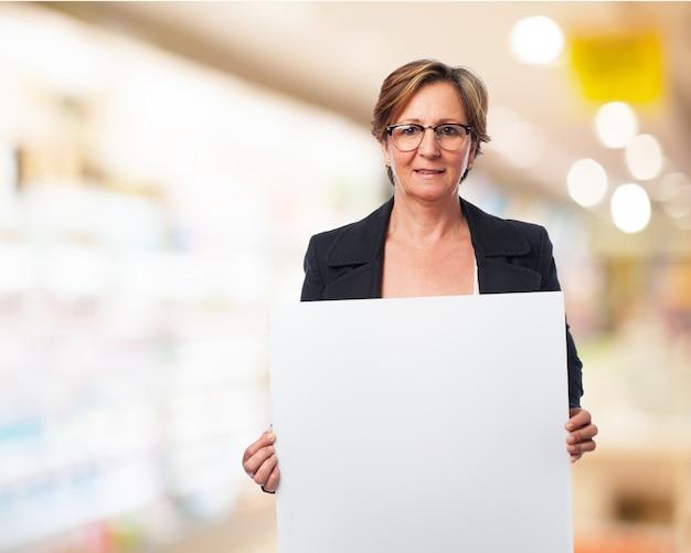 Werkende vrouw met een bord Gratis Foto