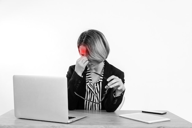 Werkende vrouw met hoofdpijn