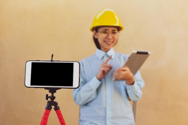 Werkende vrouwelijke ingenieur traint online streaming blogger clubvolger, online boekdocenten geven les door live uit te zenden.