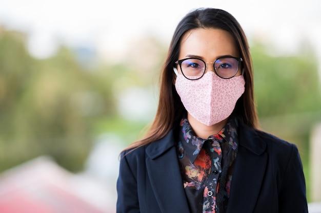 Werkende vrouwen met maskers, hoesten en keelpijn door een virusinfectie