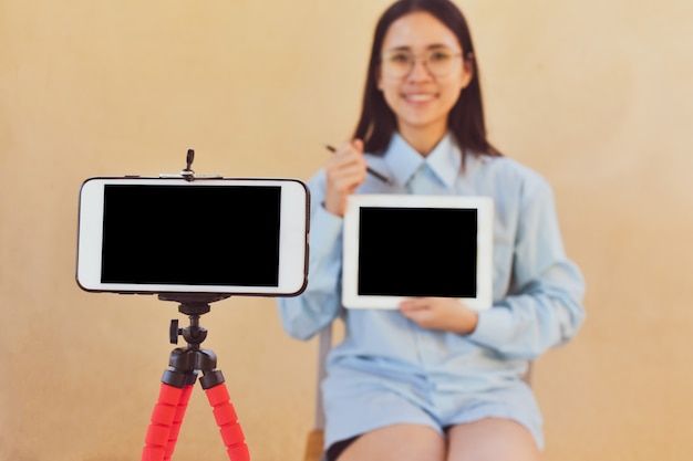 Werkende vrouwen trainen online streaming blogger clubvolger, online boekdocenten geven les door live uit te zenden.