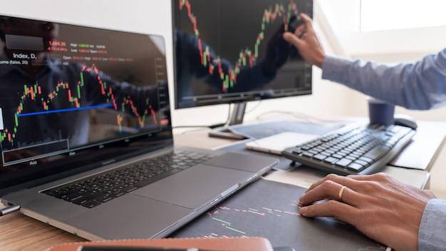 Werkende zakenman, team van makelaar of handelaars praten over aandelenmarkt