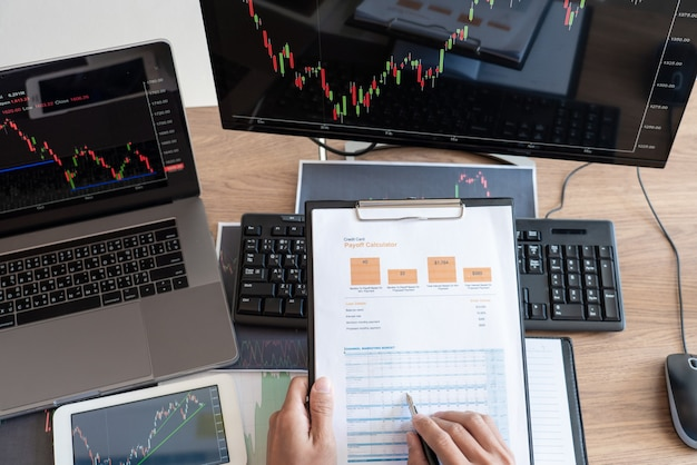 Werkende zakenman, team van makelaar of handelaars praten over forex op meerdere computerschermen