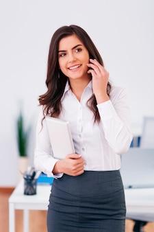 Werkende zakenvrouw bellen op kantoor