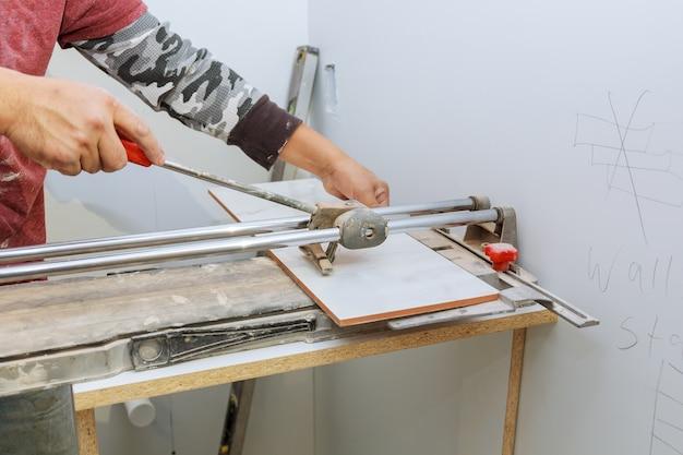 Werkgereedschap en uitrusting voor het leggen van keramische tegels verwerken met een handmatige snijder