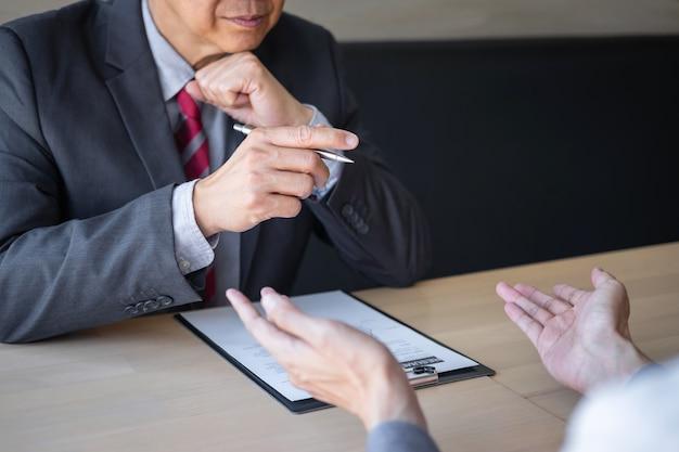 Werkgever die aankomt voor een sollicitatiegesprek, zakenman luistert naar antwoorden van kandidaten met uitleg over zijn profiel en colloquy droombaan, manager zittend in functie interview praten in kantoor
