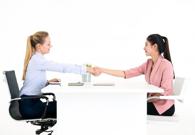 Werkgever is uitgenodigd om een arbeidscontract te ondertekenen na een succesvol sollicitatiegesprek