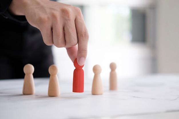 Werkgever kiest neemt werknemer in de hand. leider onderscheidt zich van de menigte. op zoek naar een goede werker. hr, hrm, hrd-concepten