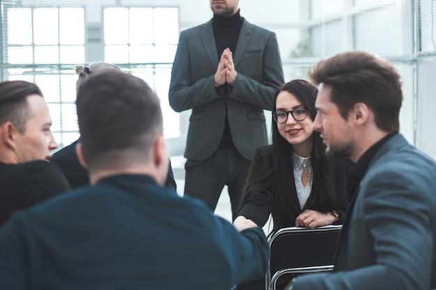 Werkgroep die financiële strategie bespreekt tijdens een algemene vergadering