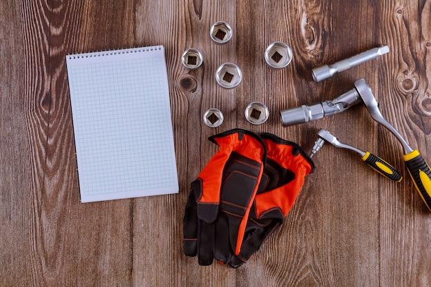 Werkhandschoenen in combinatiesleutel automotive set sleutels voor autoreparatie automonteur