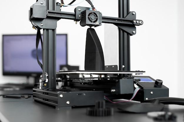 Werking van de 3d-printmachine in het laboratorium