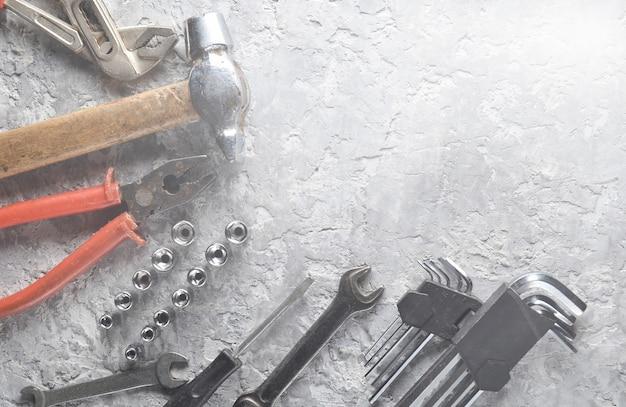 Werkinstrument op een grijze beton.