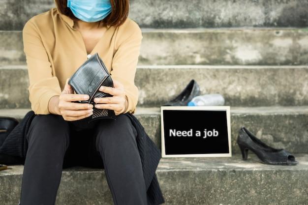Werkloze aziatische zakenvrouw baanverlies tijdens covid-19 crisis