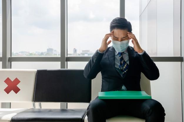 Werkloze man, hij is erg verdrietig en denkt