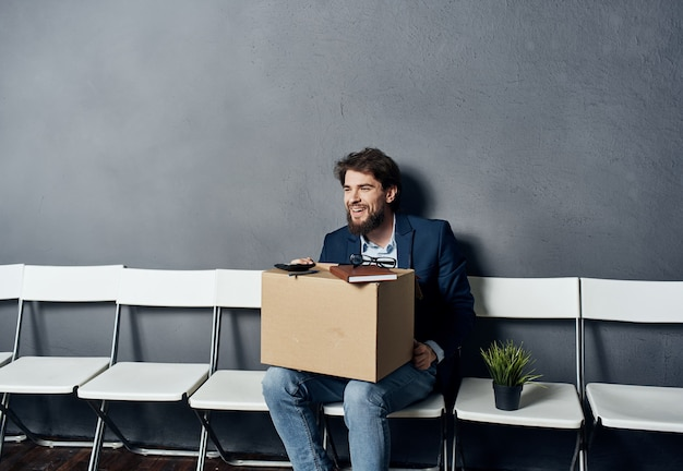 Werkloze man zit in de buurt van zijn kantoorbezittingen
