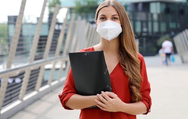 Werkloze serieuze vrouw met kn95 ffp2 beschermend masker