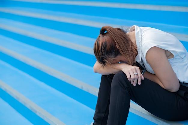 Werkloze vrouw, vrouw die zich verdrietig voelt