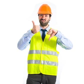 Werkman die een goed slecht teken maakt