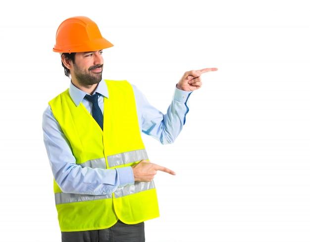 Werkman die naar de zijde wijst