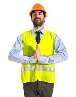 Werkman in zen positie