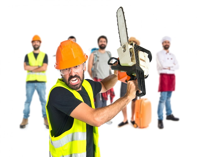 Werkman met kettingzaag over witte achtergrond