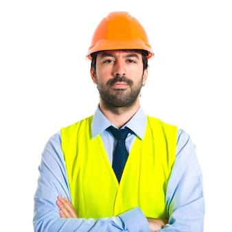 Werkman met zijn armen gekruist