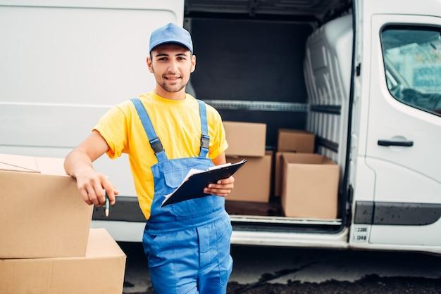 Werkman of koerier houdt kartonnen doos in handen